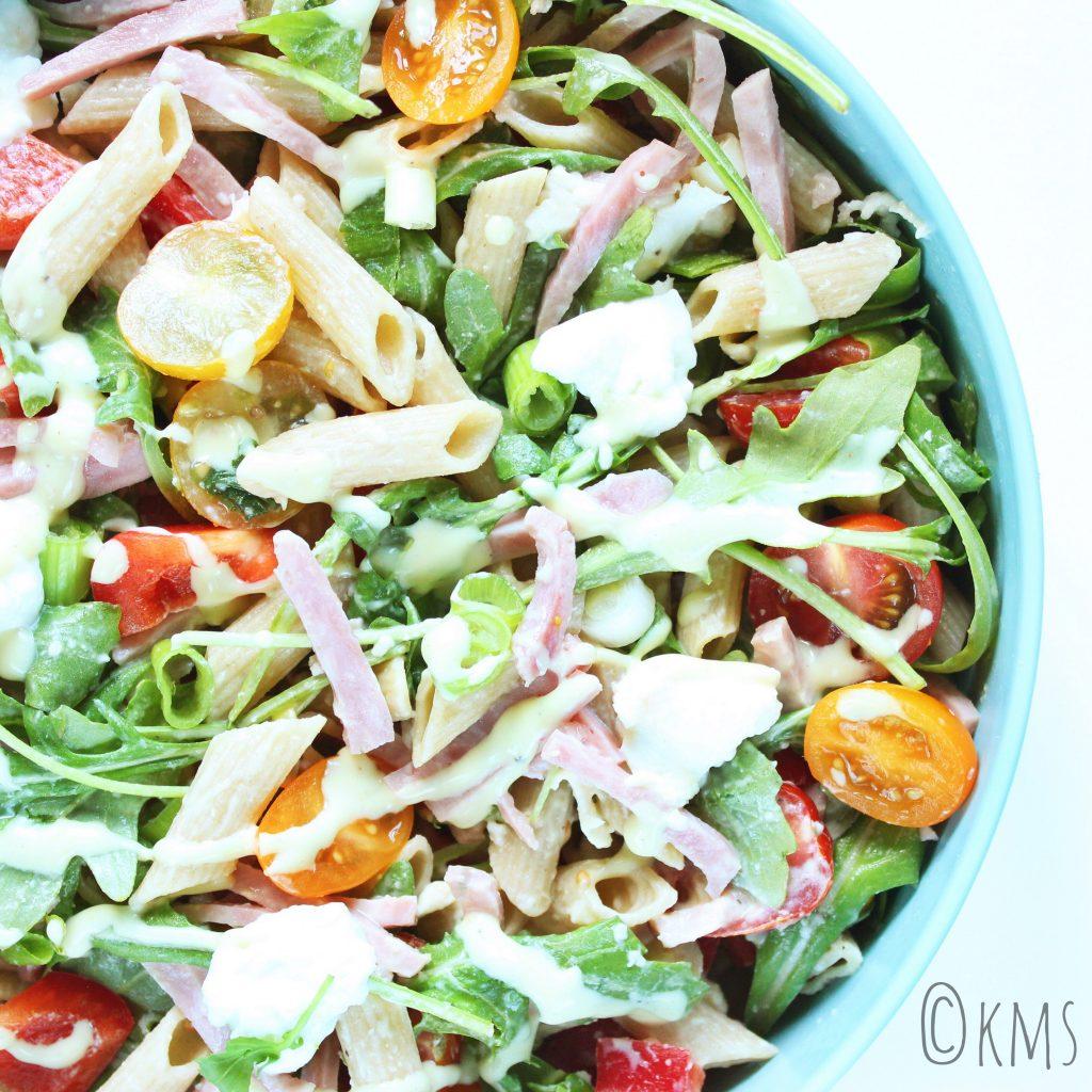 Salade   pastasalade met gerookte ham, buffelmozzarella en honing-mosterd dressing