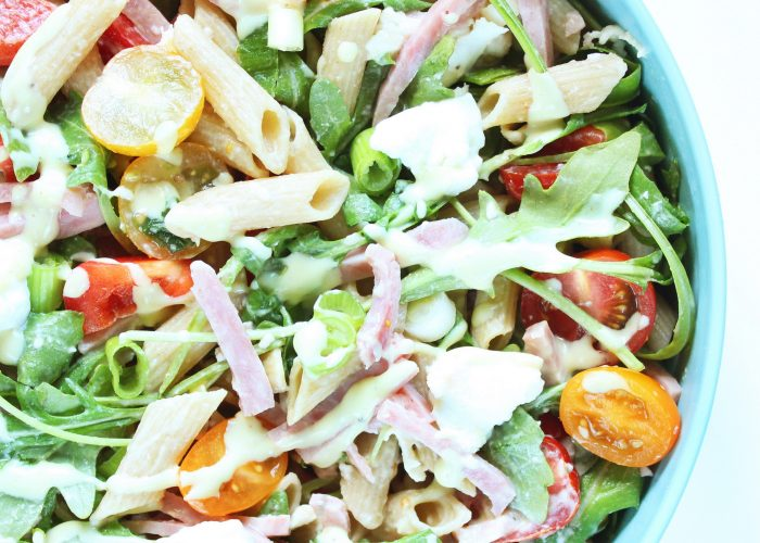 Salade | pastasalade met gerookte ham, buffelmozzarella en honing-mosterd dressing