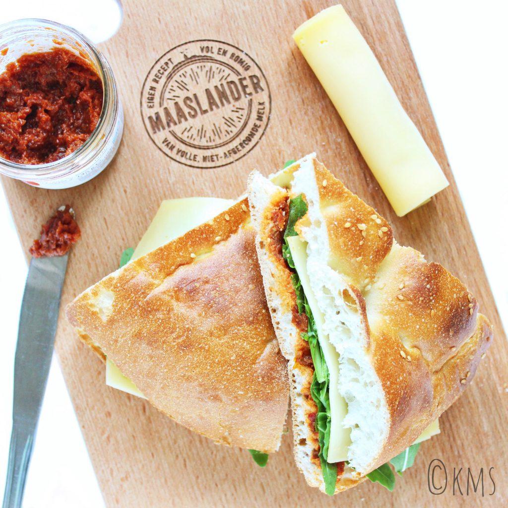 Brood   Turks brood met Maaslander kaas en tomatentapenade