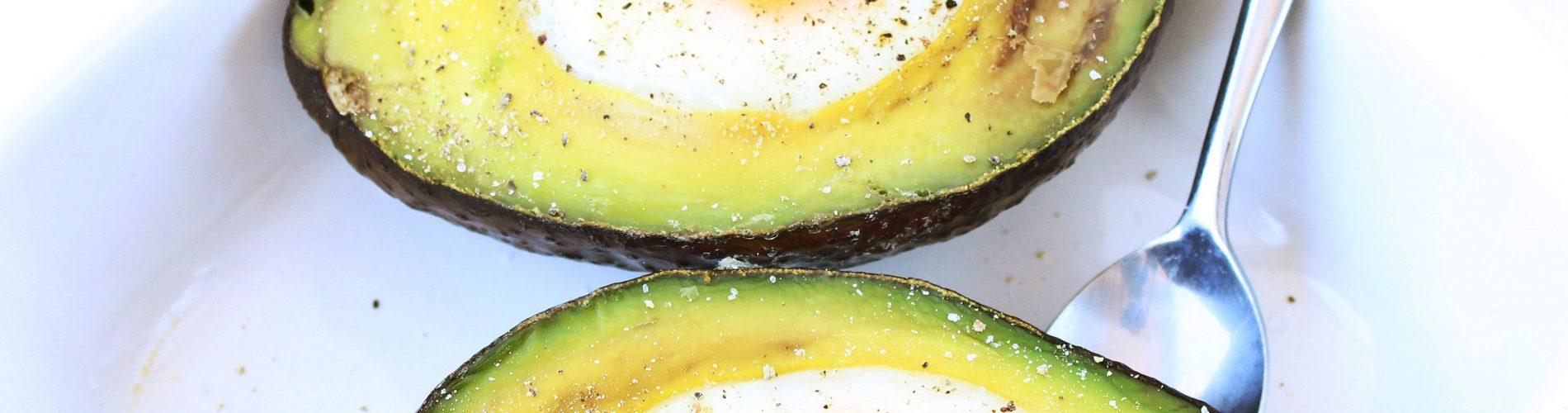 Avocado gevuld met ei - Kokkerellen met Suus