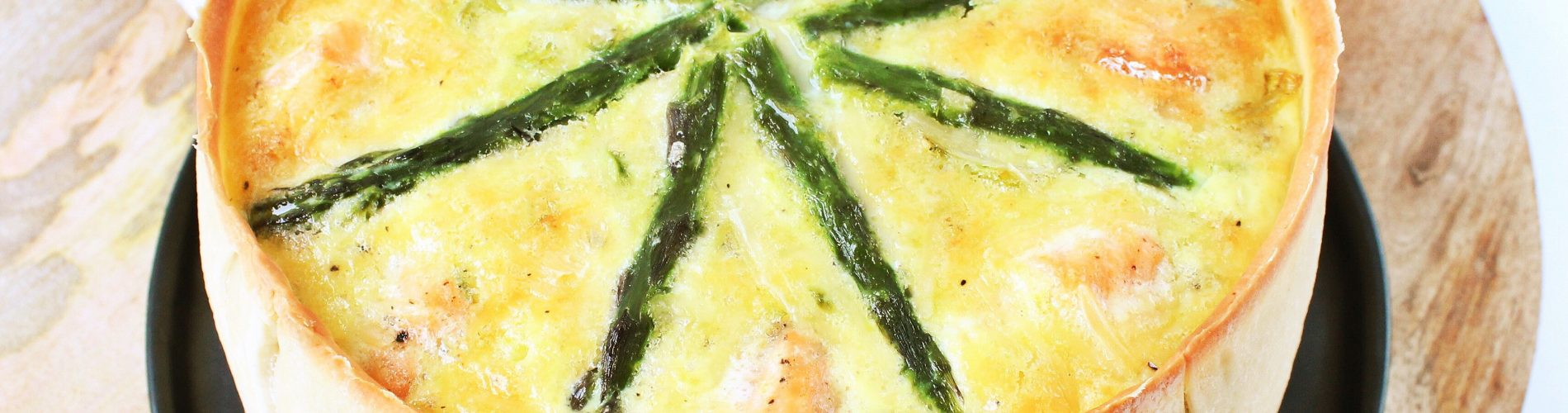 Quiche met zalm, prei en groene aspergetips - Kokkerellen met Suus