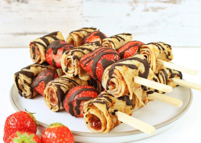 Pannenkoek spiesjes met aardbeien en chocolade