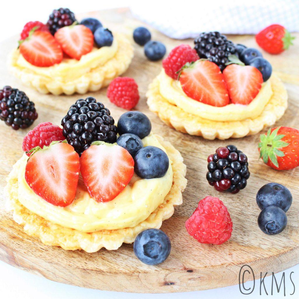 Bladerdeeg bakjes met banketbakkersroom en vers fruit