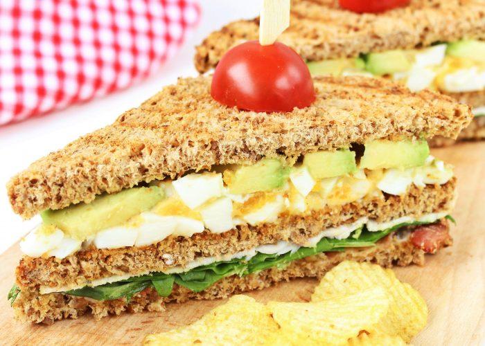 Club sandwich met eiersalade en kipfilet