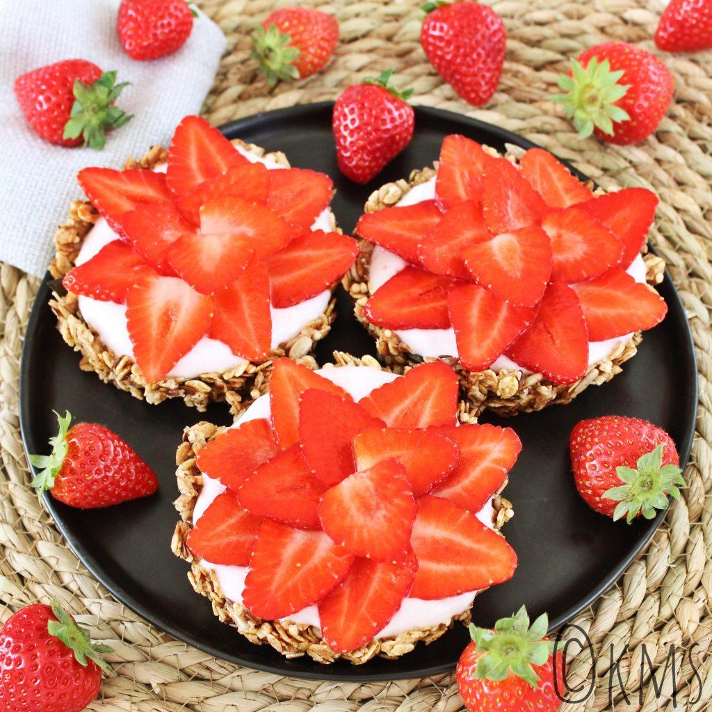 Granola ontbijttaartjes met kwark en aardbeien