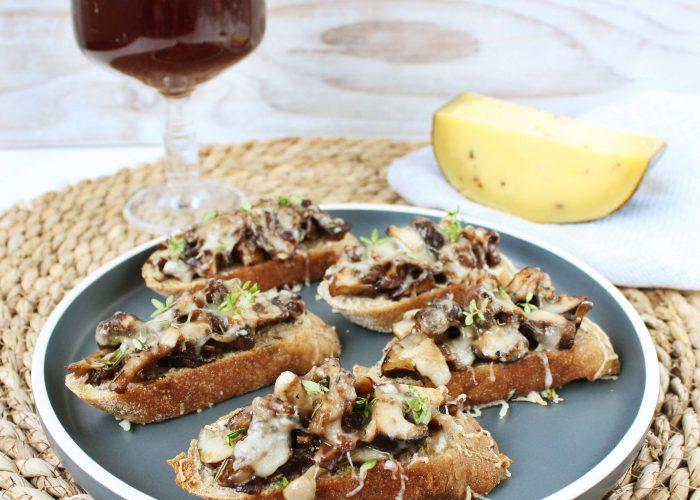 Bruschetta met truffelkaas, paddenstoelen en verse tijm