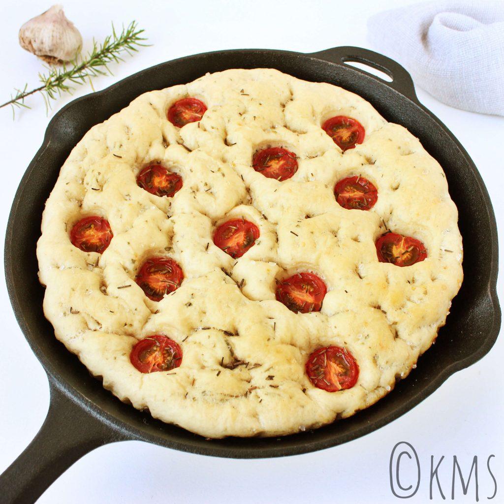 Focaccia met rozemarijn, knoflook en tomaat