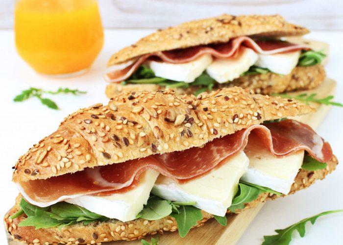 Croissant gevuld met brie en ham