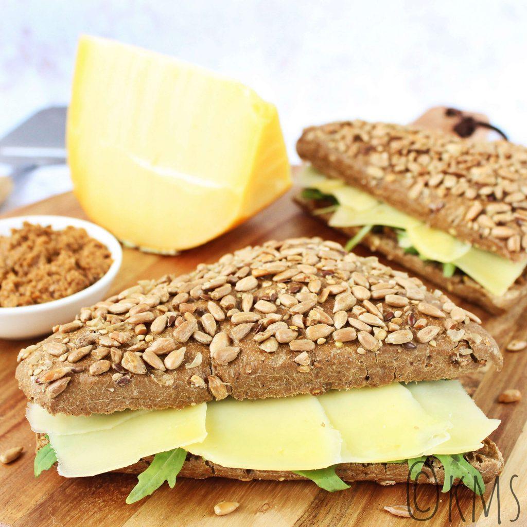 Broodje met graskaas en rode pesto