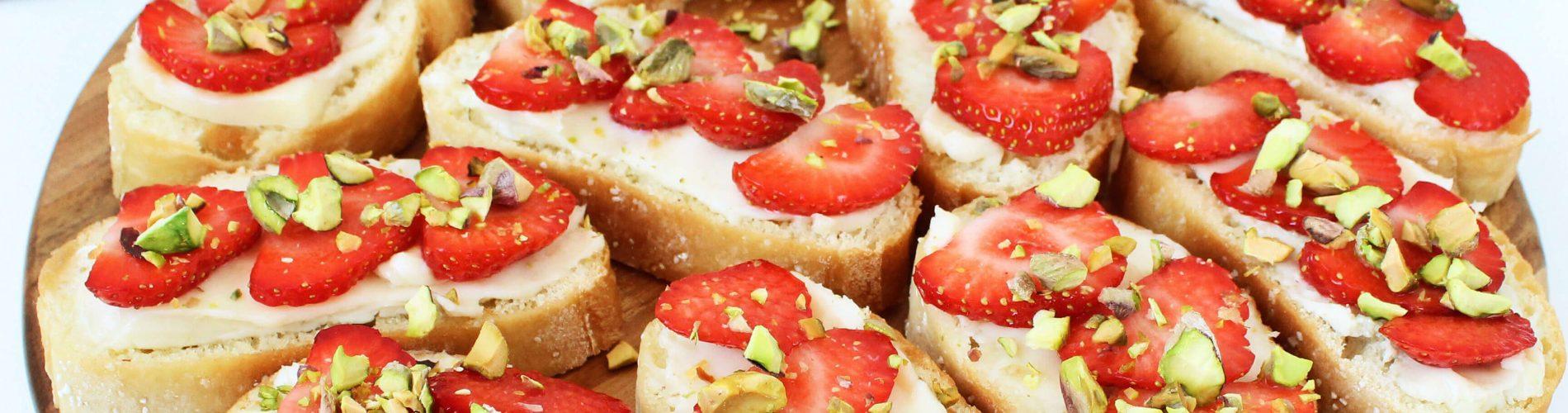 Bruschetta met blauwe kaas en aardbeien